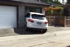Nam thanh niên chật vật đưa chiếc Porsche Cayenne vào gara