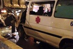 Biên Hòa: Xe cấp cứu đâm vào ô tô tải, người lái kẹt bên trong