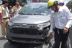 Gây tai nạn, nữ tài xế cố thủ trong xe