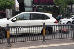 Sài Gòn: Porsche tiền tỷ rơi bánh giữa đường
