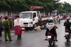 Xe tải cuốn 2 nữ công nhân vào gầm trong cơn mưa