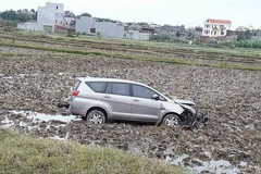Bắc Ninh: Toyota Innova 2016 lao xuống ruộng, vỡ nát đầu xe