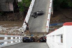 Xà lan tông sập cầu Cái Trăng, người và xe rơi tự do