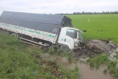 Xe tải tông người rồi cắm sâu dưới ruộng
