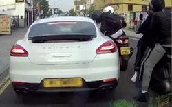 Đứng tim với cảnh nhóm tội phạm đi xe ga rút dao cướp đồ của người lái Porsche Panamera giữa ban ngày