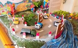 Trẻ em Việt Nam dùng mô hình xe hơi để vẽ nên ý tưởng về tương lai