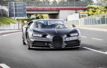 Siêu xe khủng Bugatti Divo lần đầu xuất hiện cạnh Chiron mới