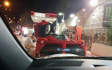 Bắt gặp nhà đương kim vô địch F1 kiểm tra lốp của Ferrari LaFerrari trên đường phố