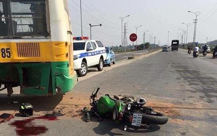Va chạm với xe bus, biker lái Kawasaki Z300 tử vong