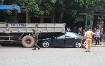 Bắc Giang: Rúc gầm ô tô tải, Toyota Camry biến dạng nặng