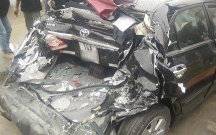 Quảng Ninh: Toyota Corolla Altis bẹp dúm đuôi xe sau cú đâm của ô tô tải