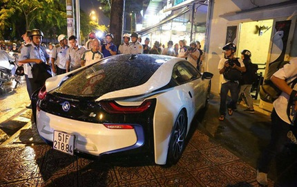 """BMW i8 của tay chơi Sài thành bị ông Đoàn Ngọc Hải """"tuýt còi"""" khi đỗ sai quy định"""
