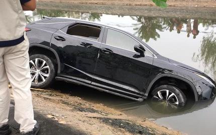 Hải Phòng: Nhầm chân ga, Lexus RX350 2016 lao thẳng xuống mương
