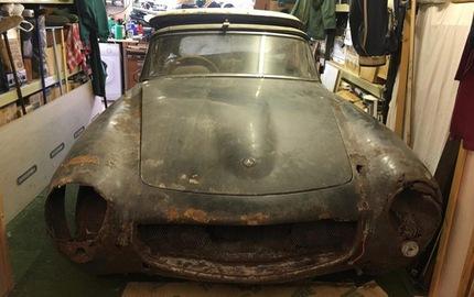 Bị bỏ rơi 30 năm, chiếc Mercedes-Benz này biến thành đống sắt vụn tiền tỷ