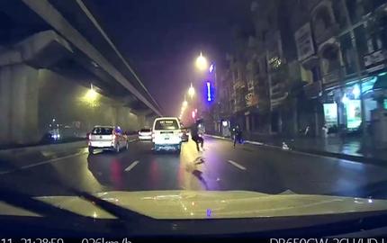 Hà Nội: Giật mình với cảnh nam thanh niên lao đầu vào thân xe