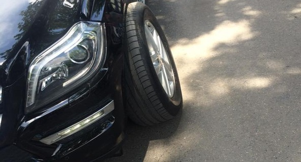 Hà Nội: Mercedes-Benz GL-Class đang đi thì gặp nạn vì bánh không bắt ốc
