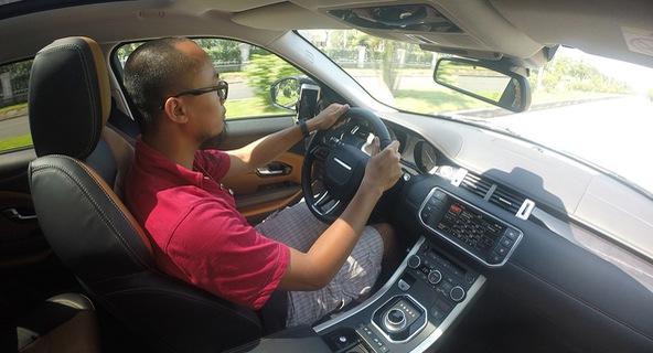 Màn hình Dual View trên Range Rover Evoque 2016 hoạt động như thế nào