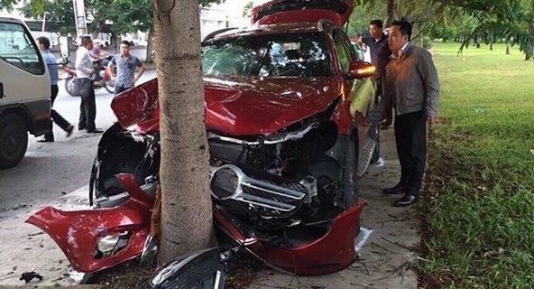 """Sài Gòn: Mercedes-Benz GLC """"nát đầu"""" do đâm vào gốc gây"""