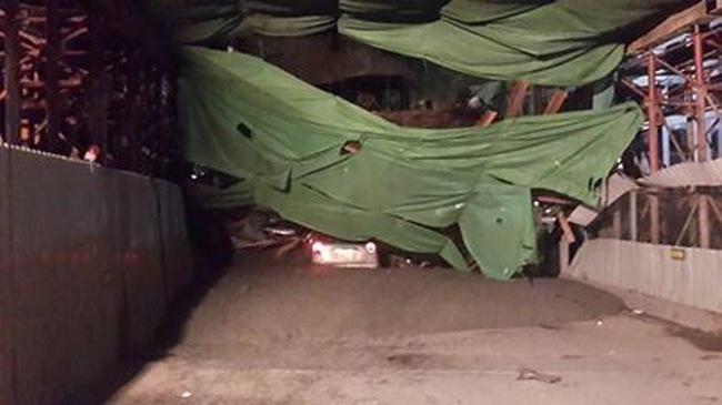 Hà Nội: Sập giàn giáo đường sắt trên cao, taxi chở 4 người bị đè bẹp