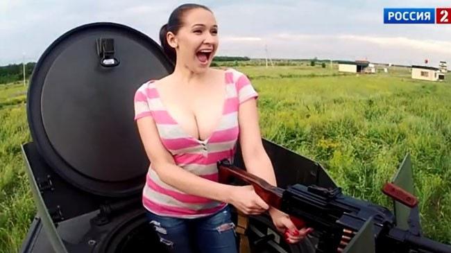 """Hot girl """"vòng một khủng"""" thử nghiệm súng máy của xe bọc thép"""