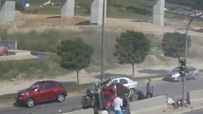 Tạt đầu xe tải, ô tô con bị vò nát trên cao tốc