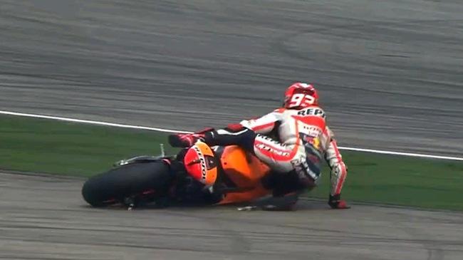 "Valentino Rossi chơi xấu, Marc Marquez bị hạ ""nốc ao"" tại chặng 17 Moto GP 2015"