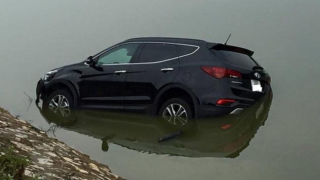Hà Nội: Va chạm với xe máy, Hyundai Santa Fe đời mới rơi xuống sông