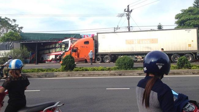 Quảng Trị: Xe container nổ lốp, đẩy ô tô khách vào nhà dân