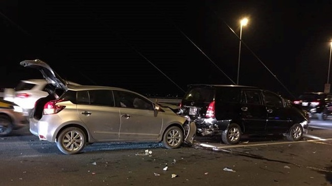 Tai nạn liên hoàn trên cầu Nhật Tân, 6 ôtô hư hỏng
