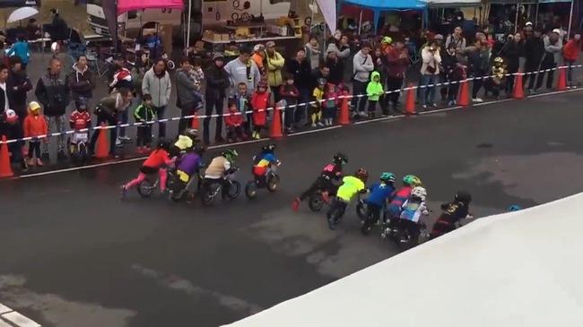 Màn đua xe cân bằng cực yêu của các cua-rơ nhí
