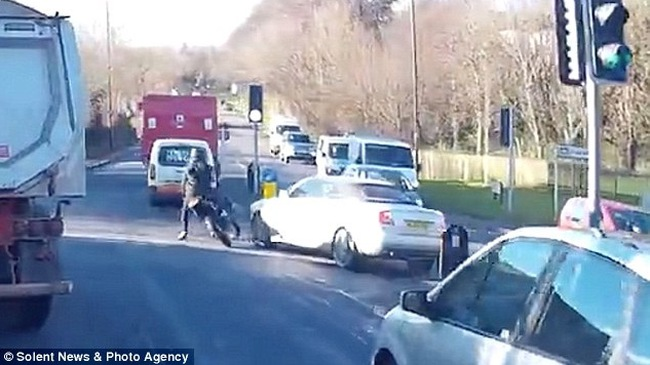 Gái mại dâm đối mặt án tù vì cố tình lái Audi A4 đâm vào một biker