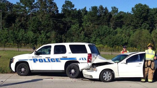 Mải chơi Pokemon Go, nam thanh niên lái xe đâm vào ô tô cảnh sát