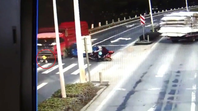 Ô tô tải vượt đèn đỏ, cuốn bé trai ngồi trên xe đẩy vào gầm