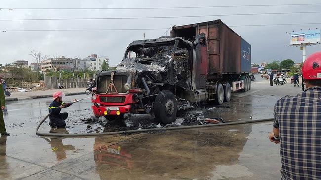 Hải Phòng: Xe container bốc cháy ngùn ngụt, chỉ còn trơ khung đầu kéo