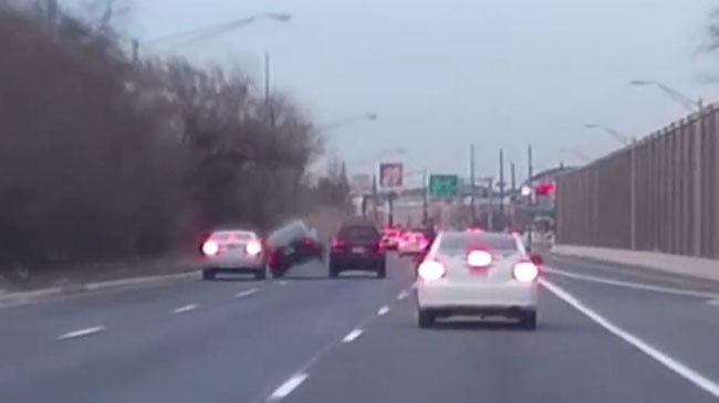 Vượt ẩu, người lái Honda Civic phải trả giá đắt