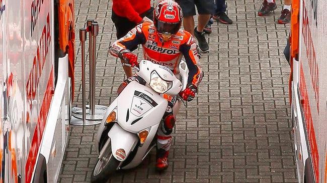 Tay đua Marc Marquez gây xôn xao khi mượn tạm Honda Lead của phóng viên