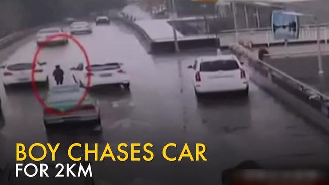 Bà mẹ bỏ quên con trai 7 tuổi bên lề đường, lái xe suốt 2 km mới phát hiện ra