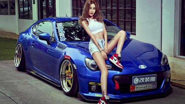 """Cô nàng cá tính """"cởi dần"""" bên xe thể thao Subaru BRZ độ lạ mắt"""