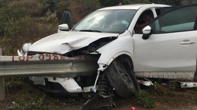 Mazda CX-5 đâm xuyên ta-luy trên cao tốc Nội Bài - Lào Cai, nữ tài xế gãy chân