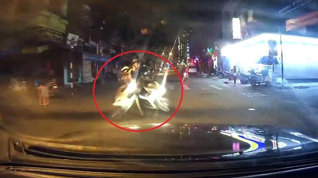 """""""Mợ"""" đi xe ga băng qua đường, bị húc văng ngay trước đầu ô tô"""