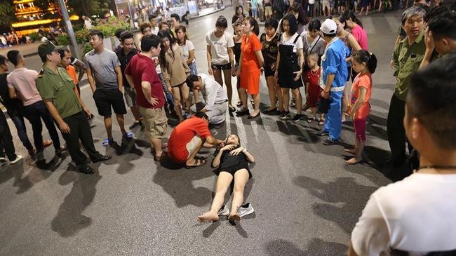 Đi xe điện cân bằng tại phố đi bộ Hồ Gươm, cô gái 18 tuổi ngã đập đầu xuống đất
