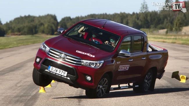 Toyota Hilux mới chung khung gầm với Fortuner 2016 suýt lật trong thử nghiệm tránh chướng ngại vật