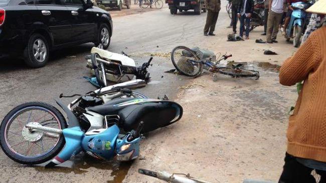 Kinh hoàng cảnh xe máy đâm nhau làm liên lụy hai người đi xe đạp