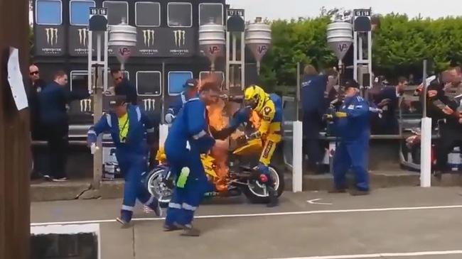 Xe đua cháy ngay trên đường pit