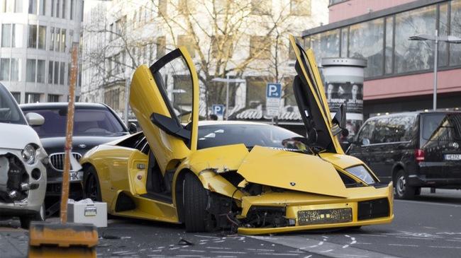 Đua trên phố, Lamborghini Murcielago nát đầu, 1 người đi xe đạp bị thương