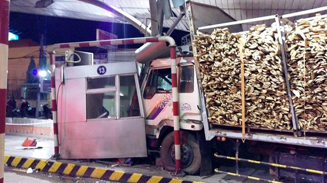 Xe chở gỗ húc văng nhân viên trạm thu phí ra ngoài