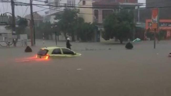 Clip: Hàng loạt ô tô chìm giữa biển nước trong trận mưa lớn ở Quảng Bình