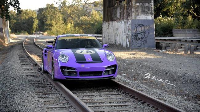 Xem Porsche 911 Turbo giữ thăng bằng trên đường ray xe lửa