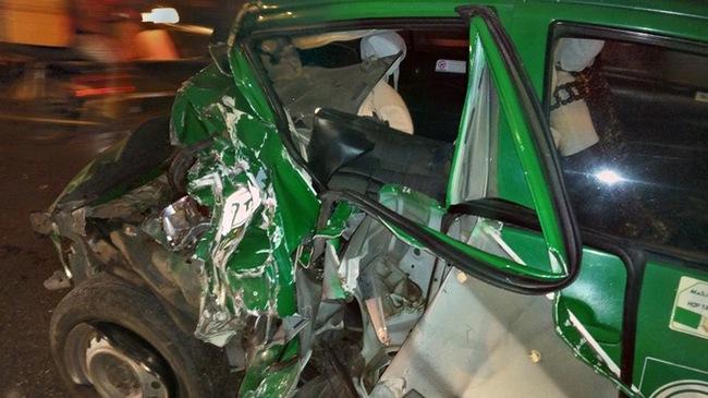 Sài Gòn: Xe taxi bẹp dúm sau tai nạn với xe công