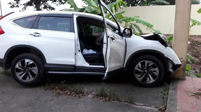 Hà Nội: Honda CR-V tông trực diện vào cột nhà của người dân, đầu xe nát bét